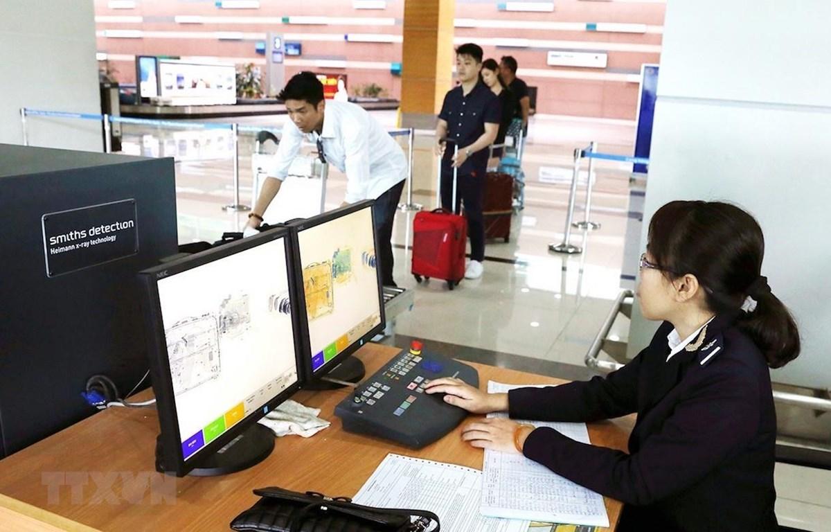 Nhân viên Chi cục Hải quan Phú Quốc dùng máy soi để kiểm tra hành lý khách nhập cảnh tại sân bay Phú Quốc. (Ảnh minh họa: TTXVN)