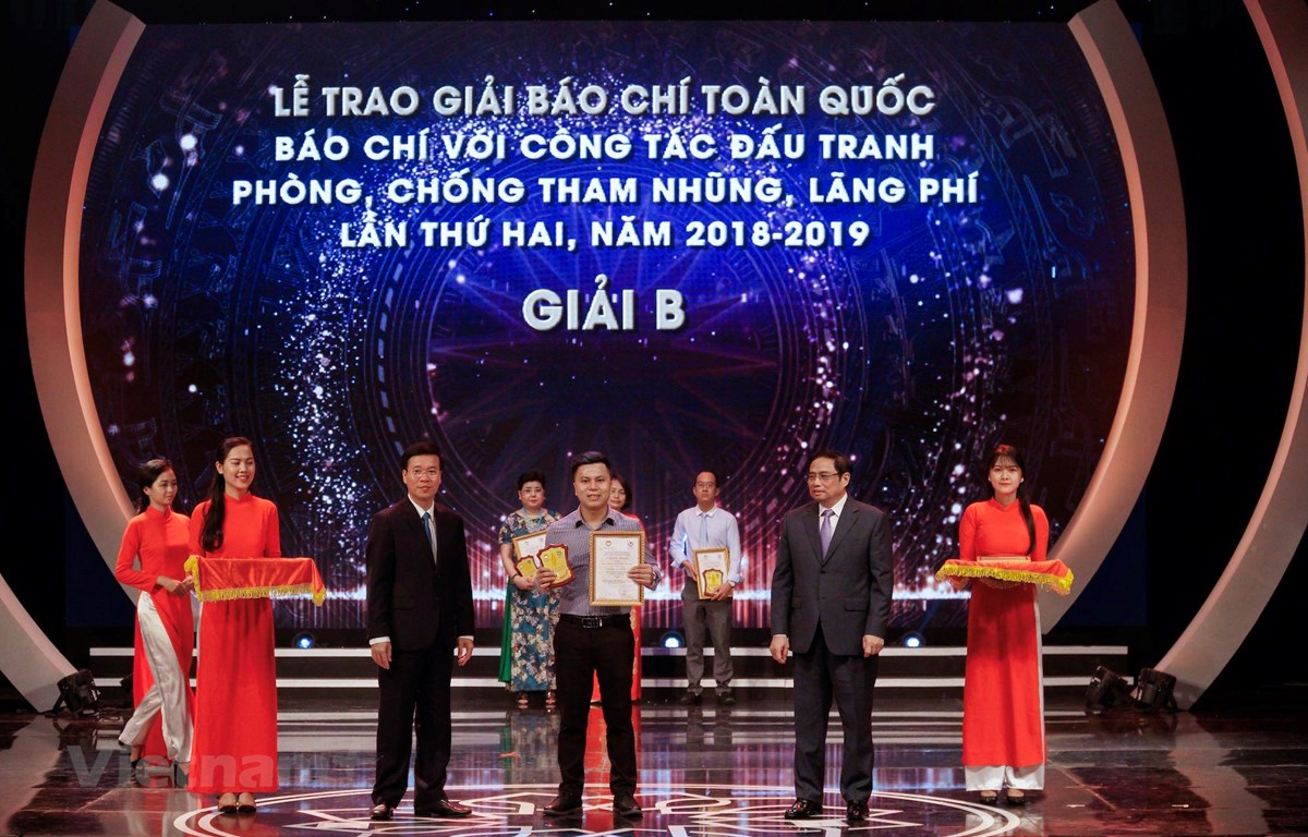 Tác giả Võ Mạnh Hùng - Báo Điện tử VietnamPlus nhận giải B. (Ảnh: Minh Hiếu)