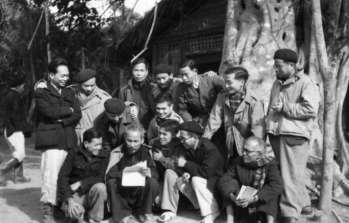 Chủ tịch Hồ Chí Minh trò chuyện với đại biểu dự Đại hội Đảng toàn quốc lần thứ II (tháng 2/1951). (Ảnh tư liệu: TTXVN)