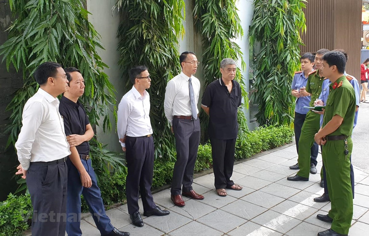 Tài xế Doãn Quý Phiến (thứ 5 từ trái sang) cùng cơ quan chức năng tiến hành thực nghiệm hiện lần thứ hai trường tại trường Gateway vào sáng 13/9. (Ảnh: Sơn Bách/Vietnam+)