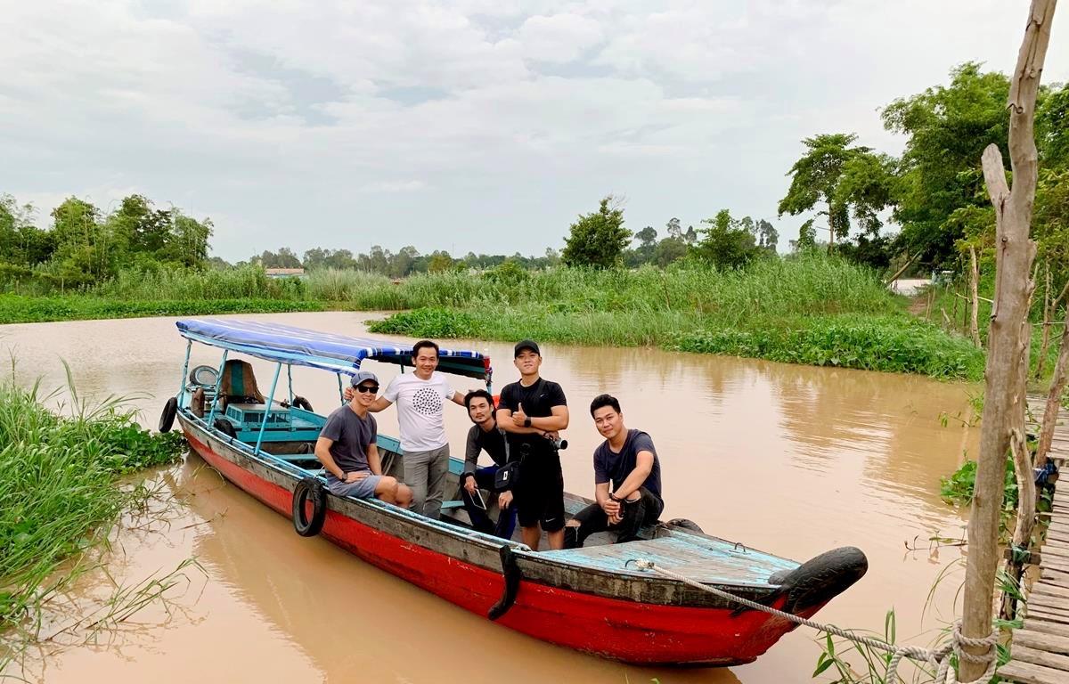 Đoàn làm phim khảo sát bối cảnh tại miền Tây sông nước. (Ảnh: Nghệ sỹ cung cấp)