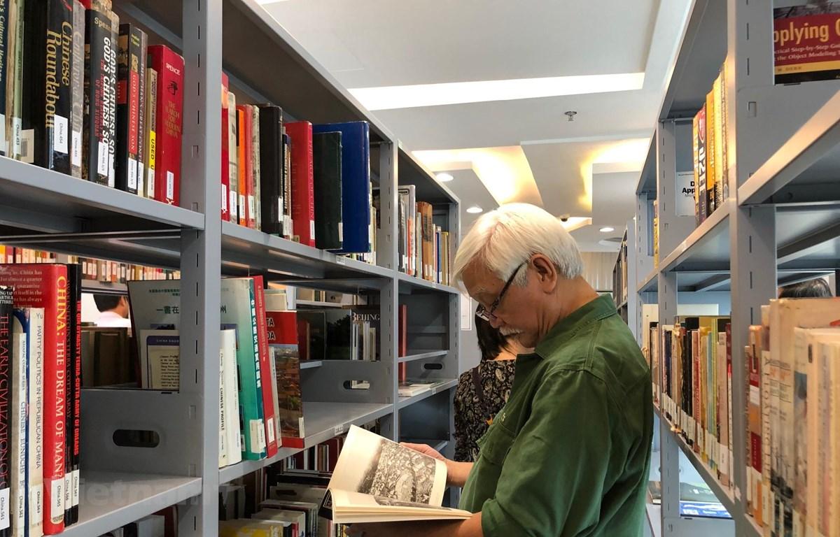 Ông Dương Trung Quốc - Tổng Thư ký Hội Khoa học Lịch sử Việt Nam nghiên cứu tài liệu tại Thư viện Nguyễn Văn Hưởng. (Ảnh: PV/Vietnam+)