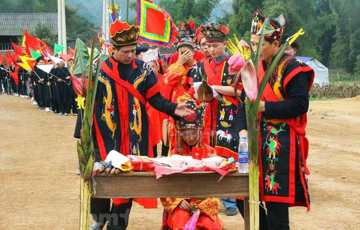 Thực hành Then trong nghi lễ cấp sắc của người Tày ở Bắc Kạn. (Ảnh: Vietnam+)