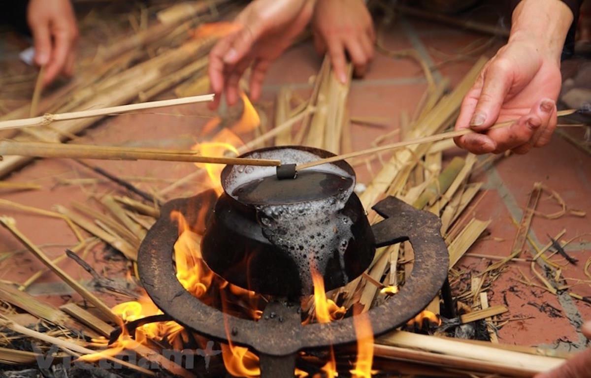 Theo thông lệ, vào mồng 8 tháng Giêng Âm lịch hàng năm, người dân làng Thị Cấm (Xuân Phương, Nam Từ Liêm) lại tưng bừng mở hội nổi lửa thi nấu cơm. (Ảnh: Vietnam+)