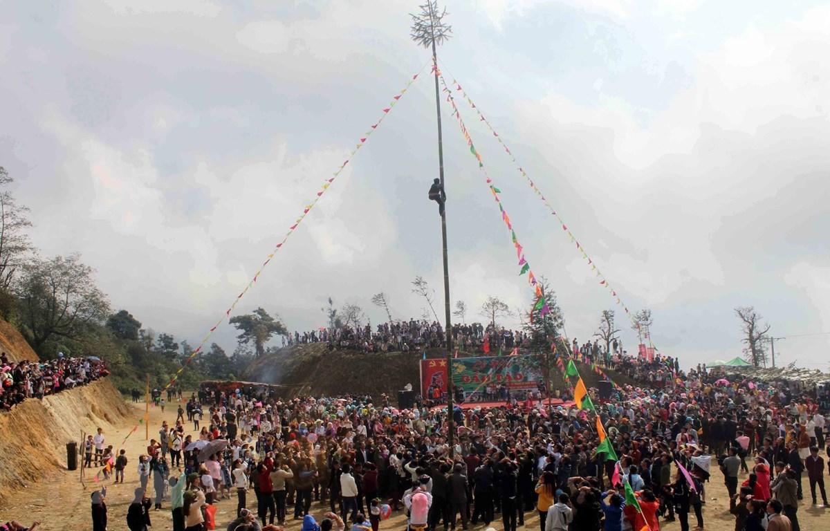 Đông đảo du khách và nhân dân tham gia lễ hội gầu tào tại xã biên giới Dào San (huyện Phong Thổ, Lai Châu) vào tháng 2/2019. (Ảnh: TTXVN)