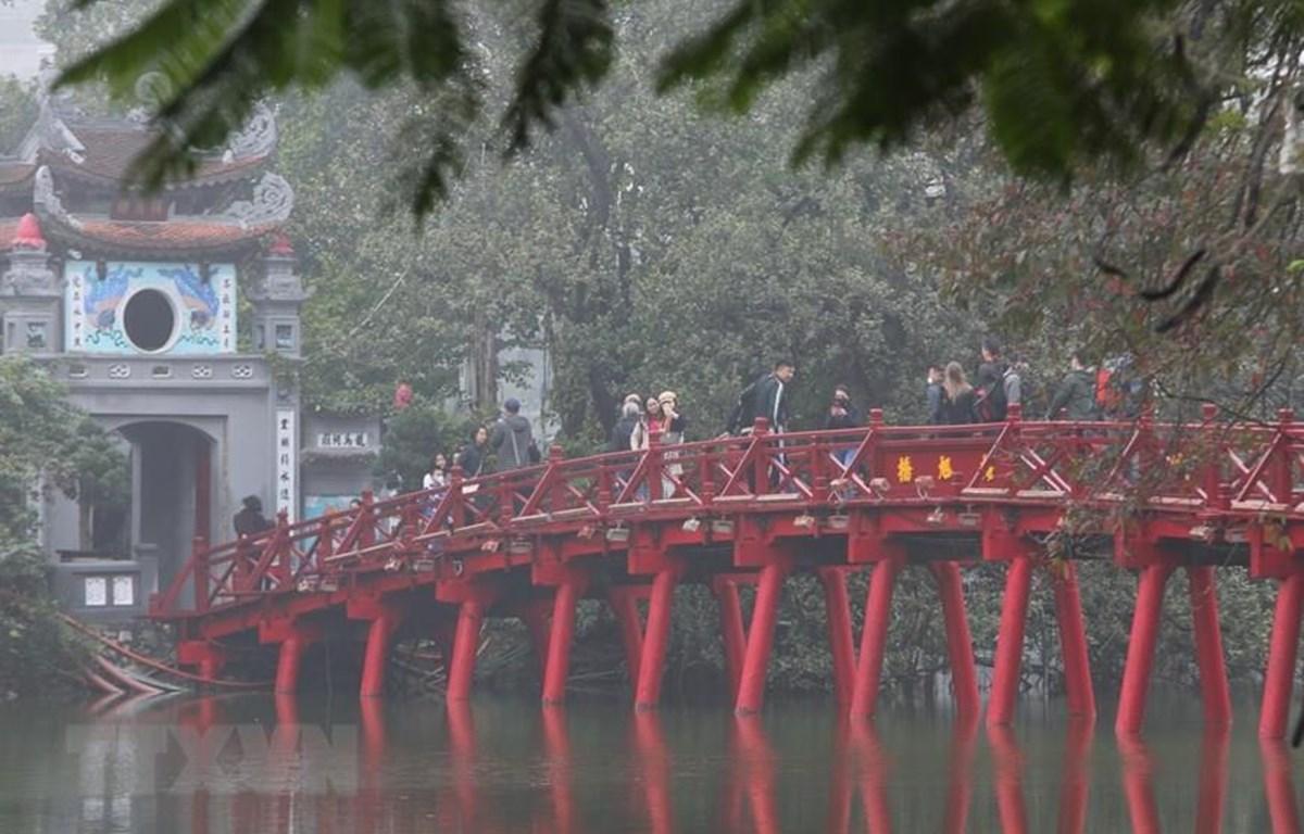 Ngày 6/2, Khu di tích Đền Ngọc Sơn-Cầu Thê Húc (Hà Nội) hoạt động trở lại phục vụ khách tham quan. (Ảnh: Thành Đạt/TTXVN)