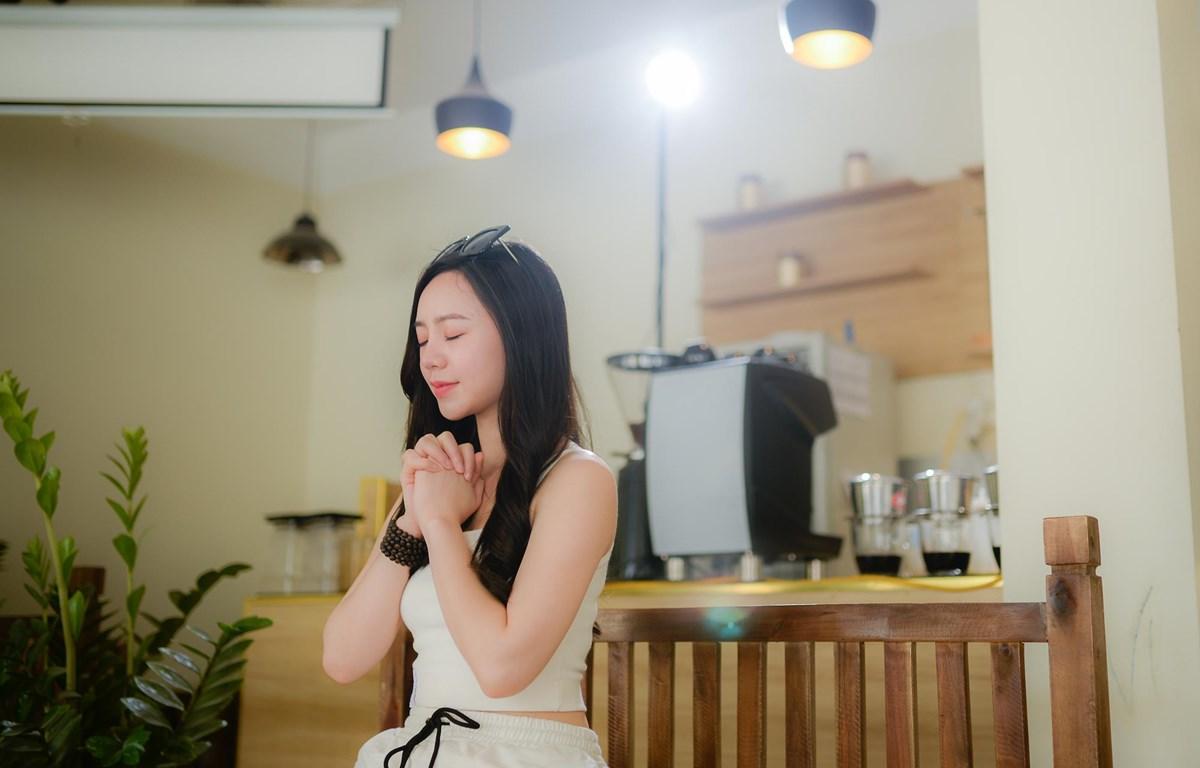 Nữ diễn viên Quỳnh Kool ở hậu trường quay MV. (Ảnh: BTC)