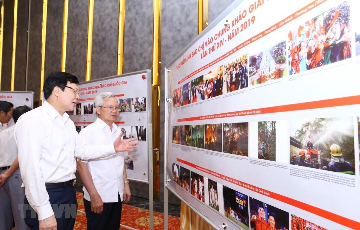 Hội đồng giám khảo trao đổi về các tác phẩm ảnh báo chí vào chung khảo Giải Báo chí quốc gia lần thứ 14. (Ảnh: Minh Quyết/TTXVN)