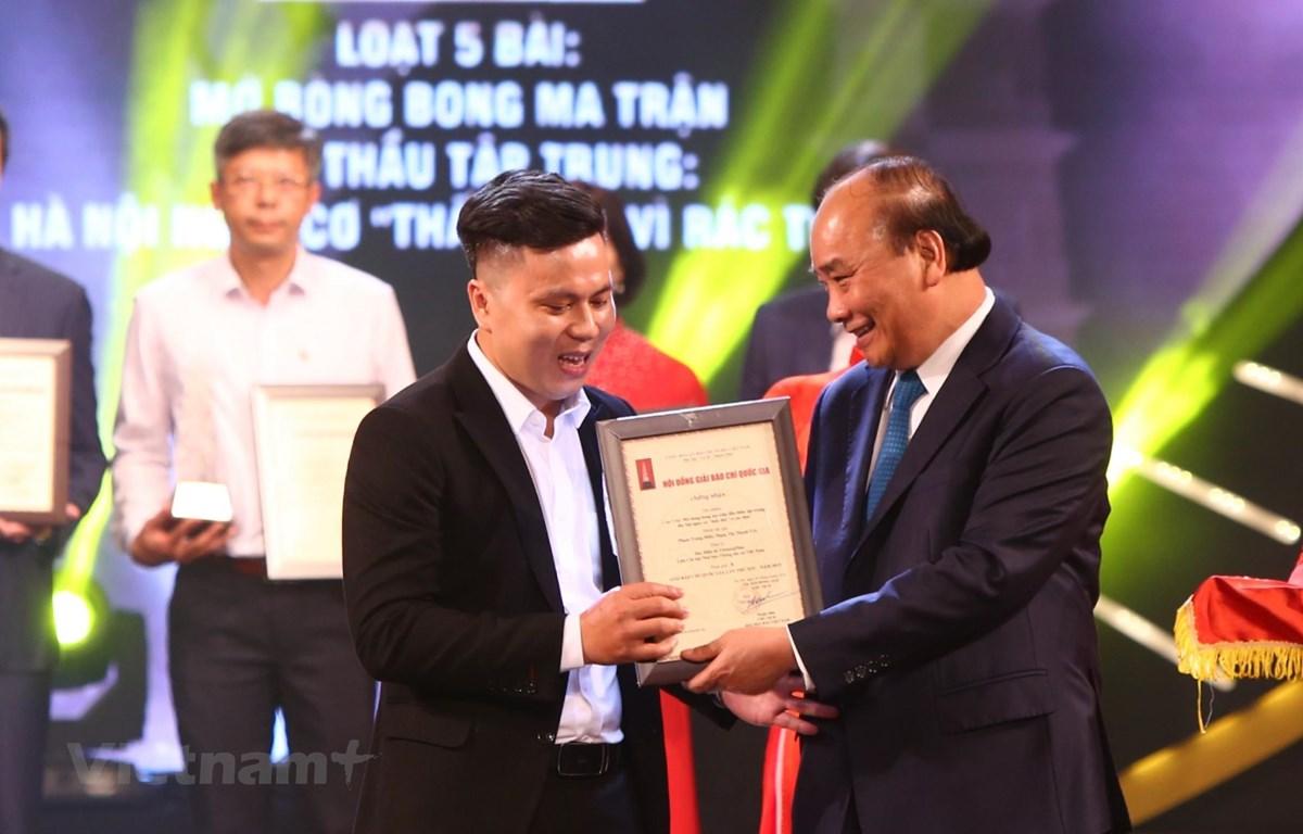 Thủ tướng Nguyễn Xuân Phúc trao giải A cho đại diện nhóm tác giả Báo Điện tử VietnamPlus. (Ảnh: Nguyên An/Vietnam+)