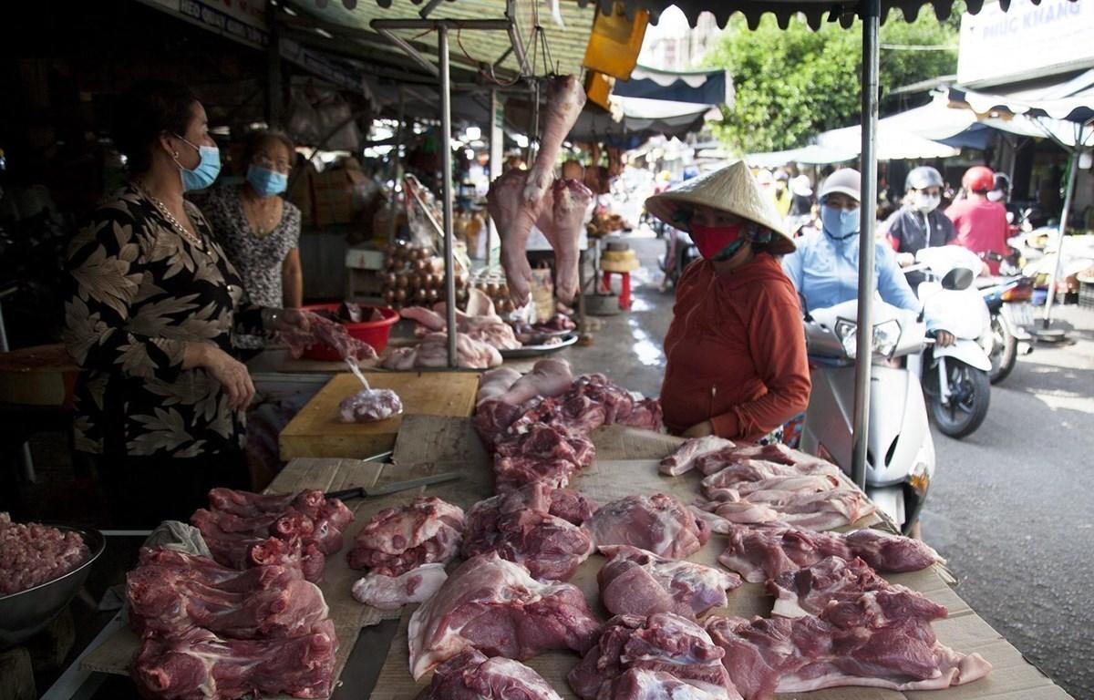 Giá thịt lợn không có dấu hiệu hạ nhiệt tại các chợ. (Ảnh: TTXVN)