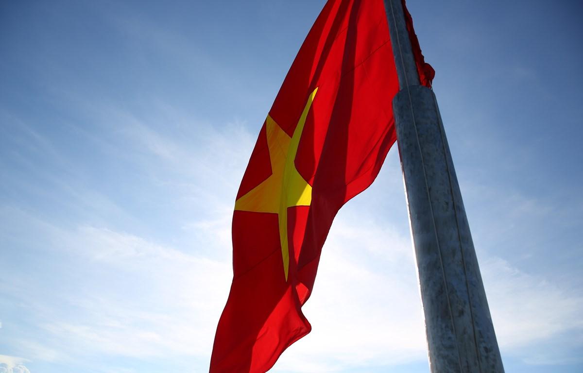 Lá cờ được kéo lên tại cột cờ trên đỉnh núi Thới Lới, đảo Lý Sơn, tỉnh Quảng Ngãi (Ảnh: Tùng Lâm/Vietnam+)