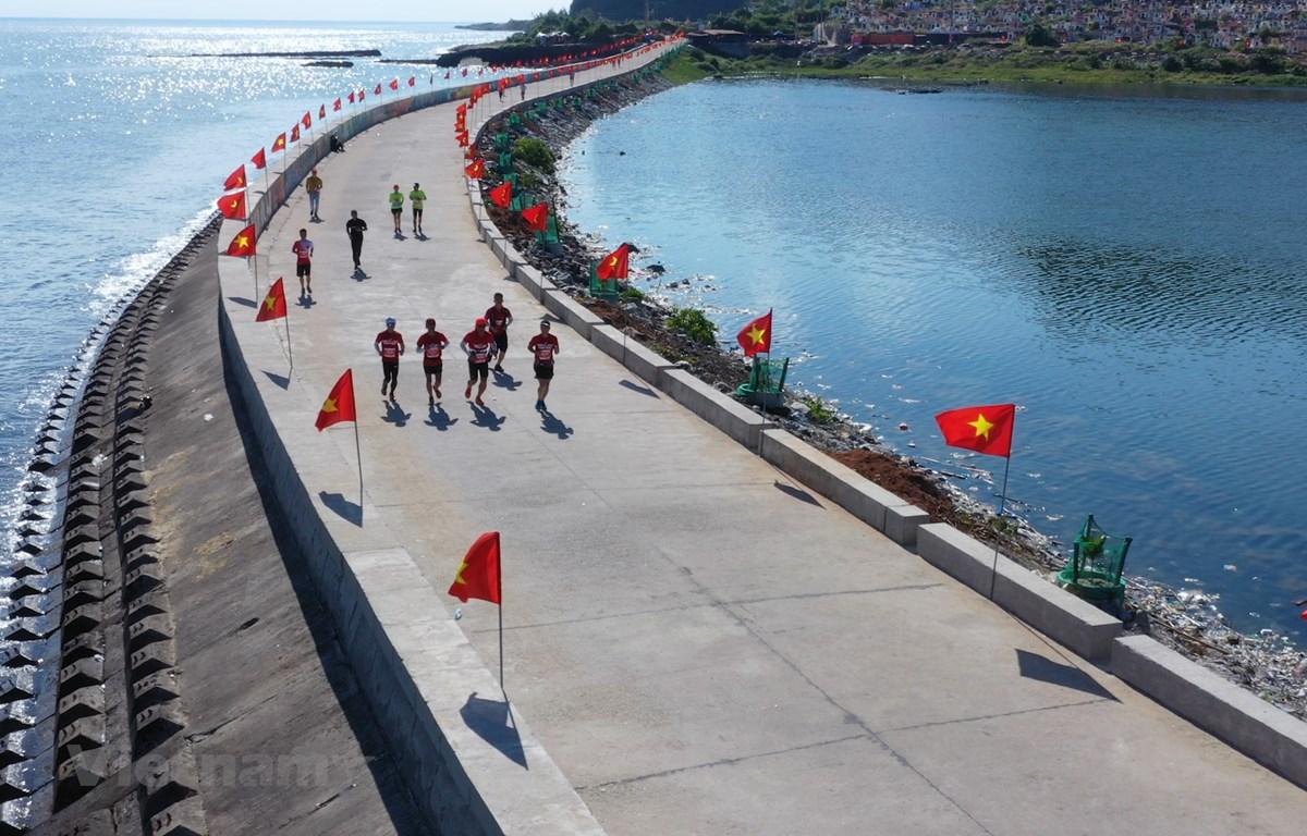 Các vận động viên chạy trên một cung đường tuyệt đẹp (Ảnh: Lâm Phan/Vietnam+)