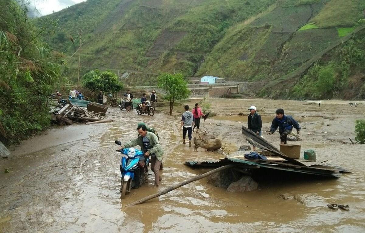 Hỗ trợ người dân Lai Châu khắc phục hậu quả trận mưa đá kèm theo gió lốc. (Ảnh: Quý Trung/TTXVN)