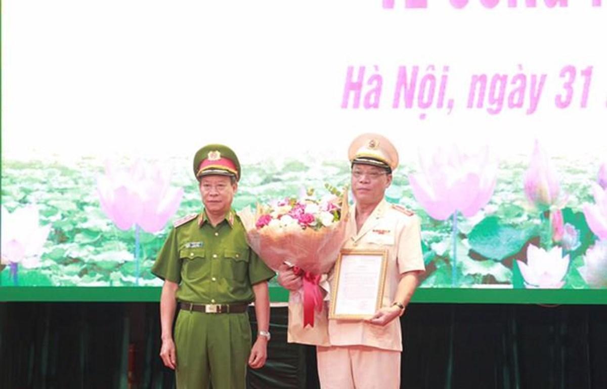 Thượng tướng Lê Quý Vương, Ủy viên TƯ Đảng, Thứ trưởng Bộ Công an trao Quyết định bổ nhiệm chức vụ Giám đốc CATP Hà Nội đối với Thiếu tướng Nguyễn Hải Trung. (Ảnh: Công an Hà Nội cung cấp)