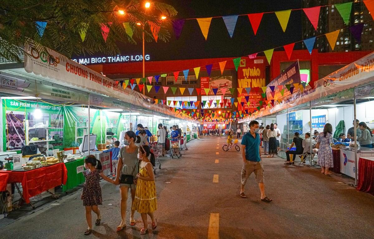 Người dân thủ đô mua sắm tại sự kiện (Ảnh: Lâm Phan/Vietnam+)