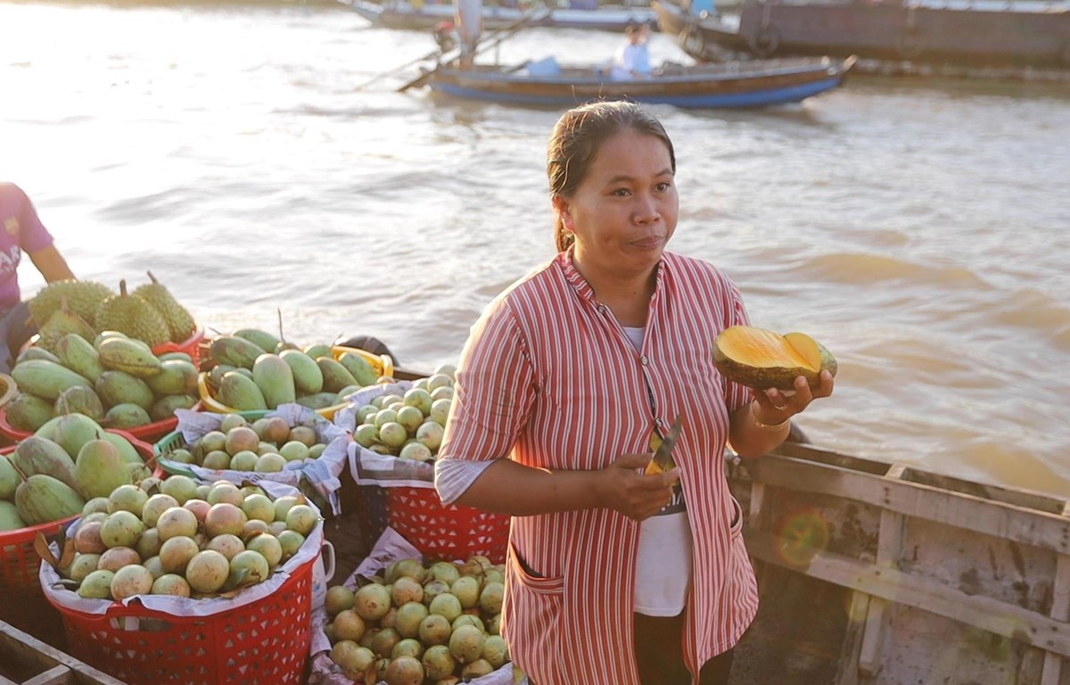 Một chủ ghe trái cây tại chợ nổi Cái Răng (Ảnh: Lâm Phan/Vietnam+)