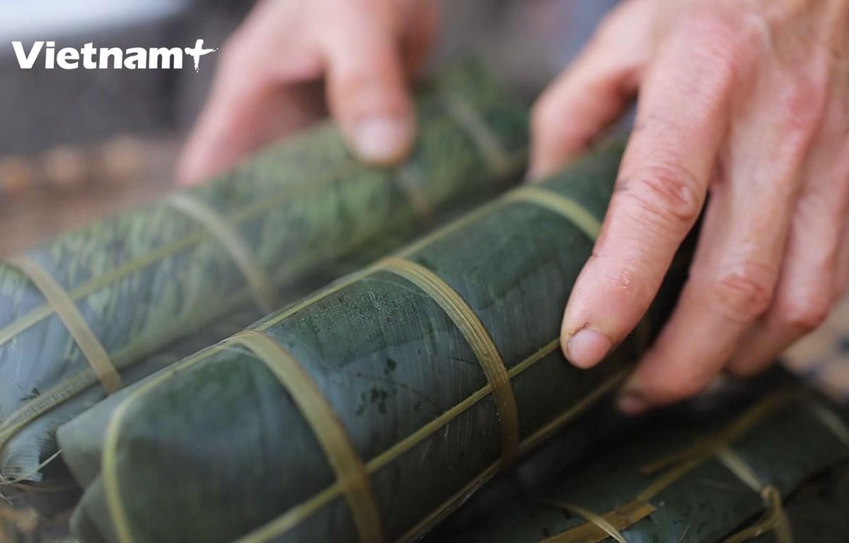 Bánh chưng dài tại làng nghề gói bánh chưng Bờ Đậu (Ảnh: Lâm Phan/Vietnam+)