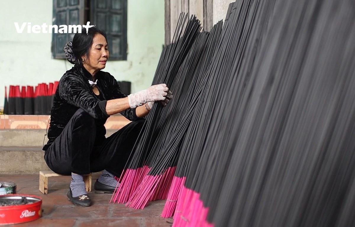 Những que hương có chiều cao gần nửa mét (Ảnh: Lâm Phan/Vietnam+)
