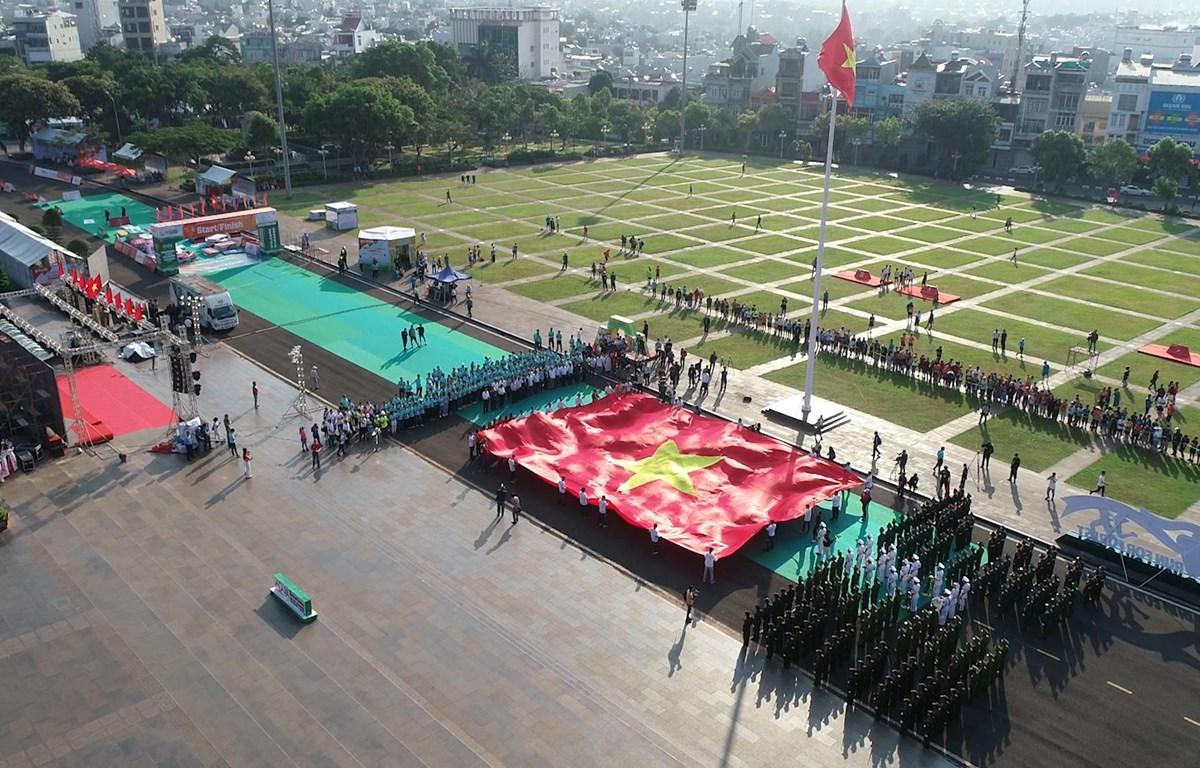 Lễ thượng cờ trang nghiêm tại quảng trường thành phố Pleiku (Ảnh: Lâm Phan/Vietnam+)