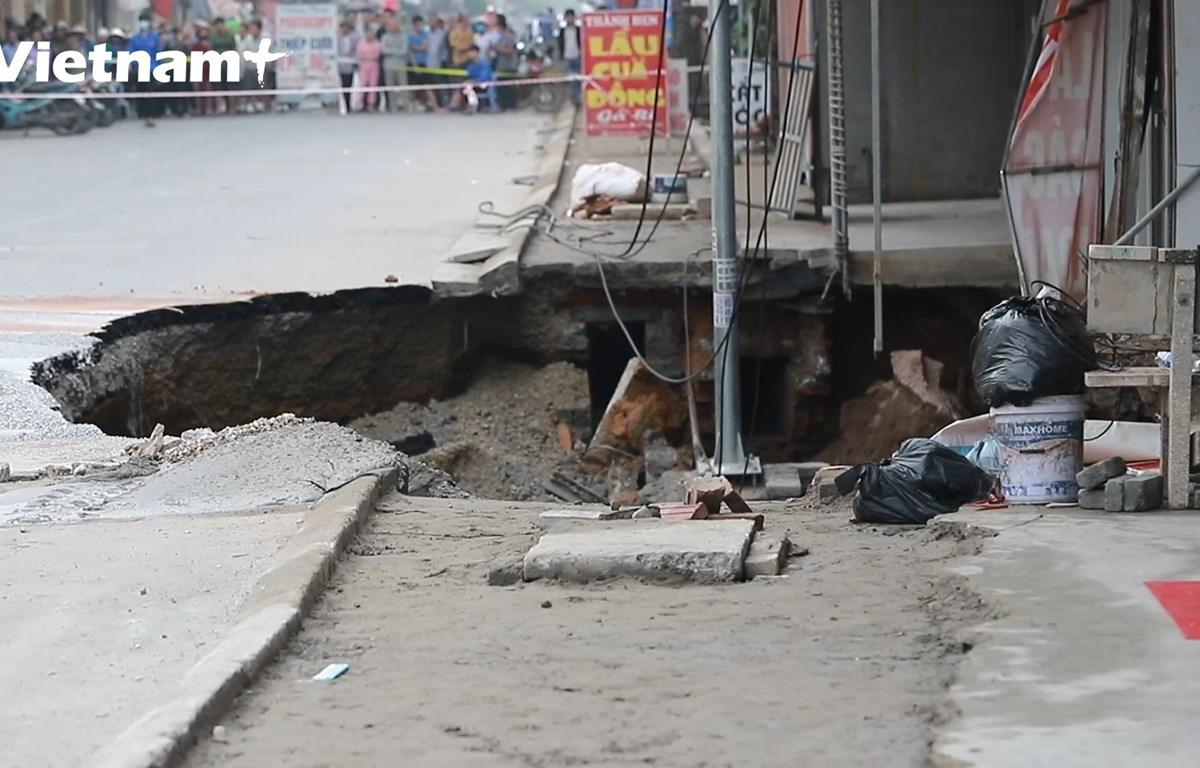 Hố tử thần khiến nhiều hộ dân phải di dời (Ảnh: Lâm Phan/Vietnam+)