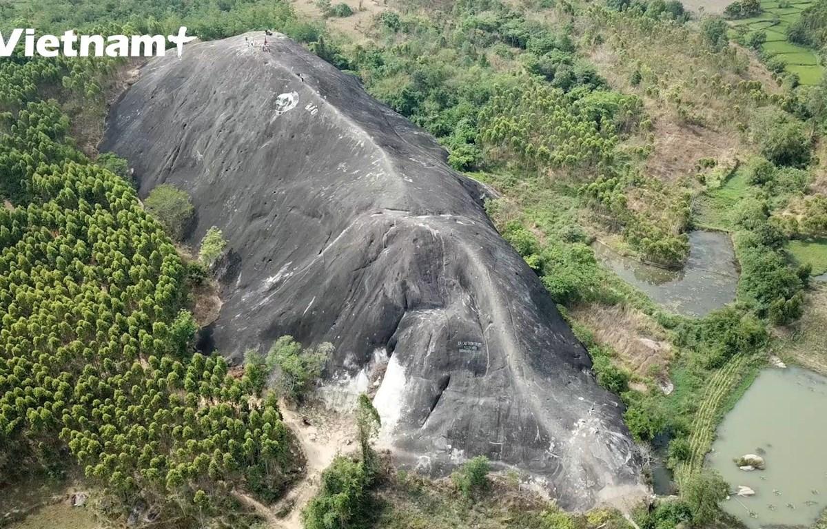 Toàn cảnh tảng đá từ trên cao (Ảnh: Phương Anh/Vietnam+)