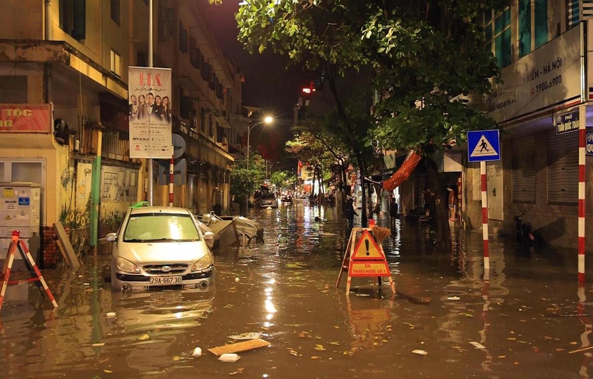 Một tuyến phố tại trung tâm Hà Nội ngập nặng (Ảnh: Hoàng Đạt/Vietnam+)