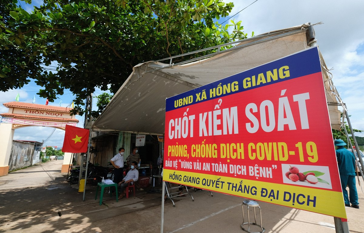 Một chốt phòng dịch cho xe và người ra vào mua bán vải tại Lục Ngạn, Bắc Giang (Ảnh: TTXVN phát)