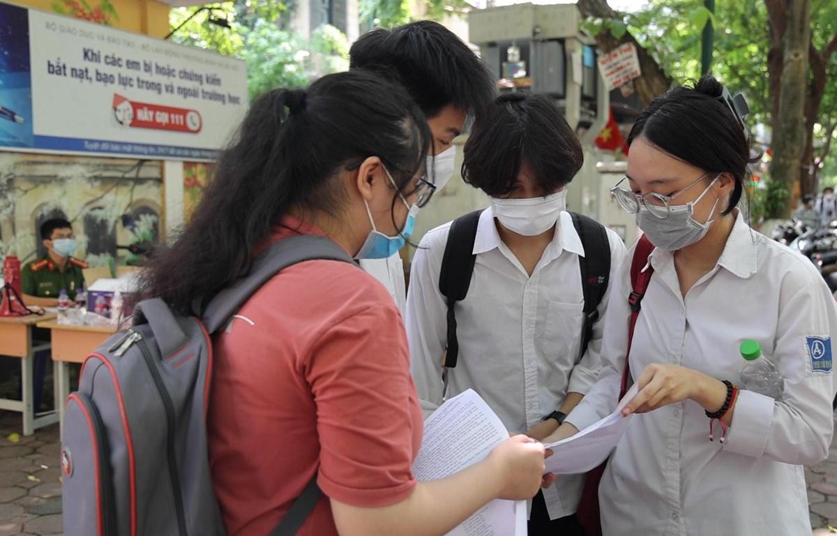 Các thí sinh tự tin sau khi kết thúc môn thi đầu tiên (Ảnh: Hoàng Đạt/Vietnam+)