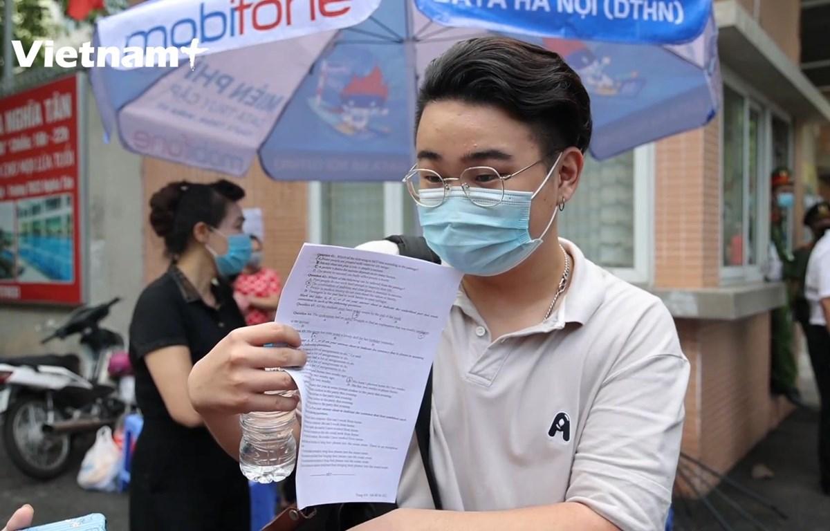 Một thí sinh phấn khởi chia sẻ về bài thi và dự đoán điểm số (Ảnh: Hoàng Đạt/Vietnam+)