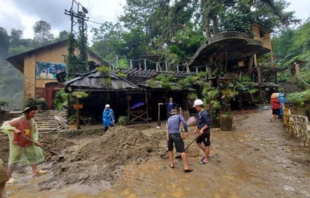 Người dân làm du lịch cộng đồng tại bản Cát Cát, huyện Sa Pa, tỉnh Lào Cai khắc phục hậu quả do mưa lũ gây ra. (Ảnh: Quốc Khánh/TTXVN)