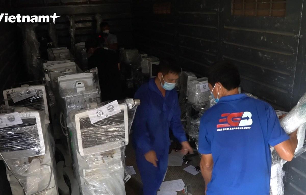 Công nhân tại ga Hà Nội bốc xếp thiết bị y tế lên tàu (Ảnh: Lâm Phan/Vietnam+)
