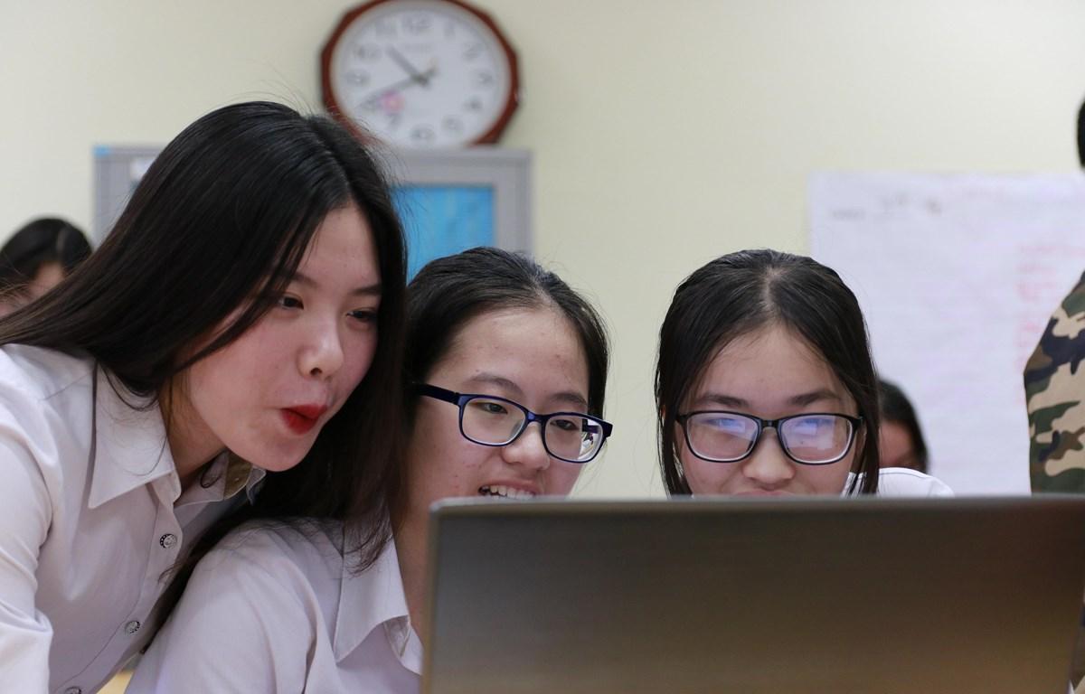 """Học sinh hào hứng trong giờ học văn theo dự án """"Vùng tối của định kiến"""". (Ảnh: Nguyễn Hương/Vietnam+)"""