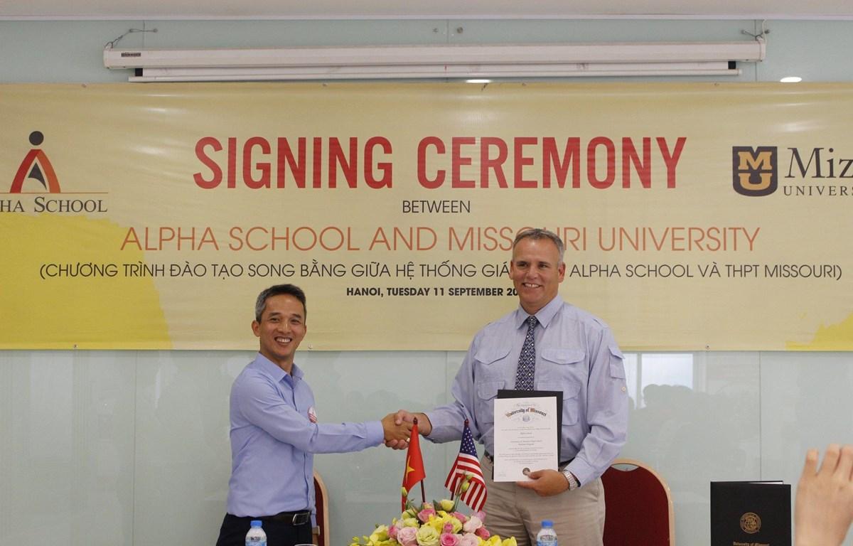 Đại diện IAE và Alpha School cùng ký kết thỏa thuận hợp tác đầu tư. (Ảnh: PV/Vietnam+)