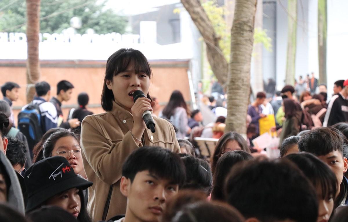 Học sinh đặt câu hỏi với ban tư vấn. (Ảnh: Phạm Mai/Vietnam+)
