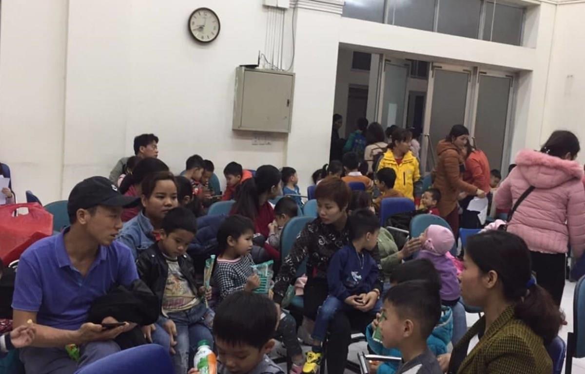 Bệnh viện Nhiệt đới Trung ương chật cứng phụ huynh đưa con đi xét nghiệm sán lợn. (Ảnh: Nguyễn Hương/Vietnam+)