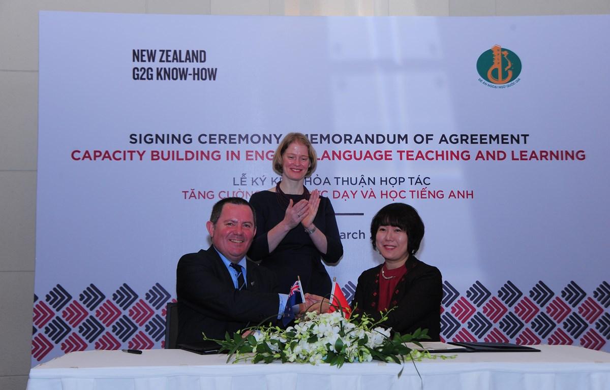 Hai bên ký kết thỏa thuận hợp tác dưới sự chứng kiến của Đại sứ Đại sứ New Zealand tại Việt Nam, bà Wendy Matthews. (Ảnh: PV)