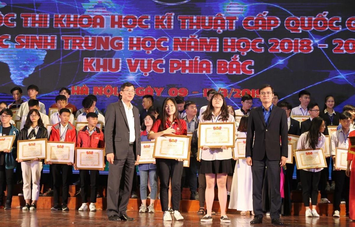 Ban tổ chức cuộc thi Khoa học kỹ thuật dành cho học sinh trung học năm học 2018-2019 trao giải cho các học sinh. (Ảnh: PV/Vietnam+)