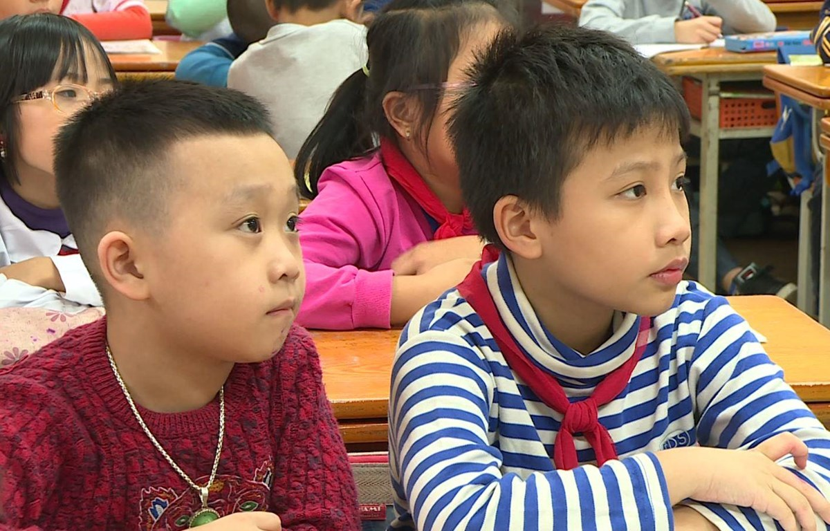 Trong năm 2019, ngành giáo dục sẽ đặc biệt chú trọng bồi dưỡng giáo viên và viết sách giáo khoa lớp một. (Ảnh: PM/Vietnam+)