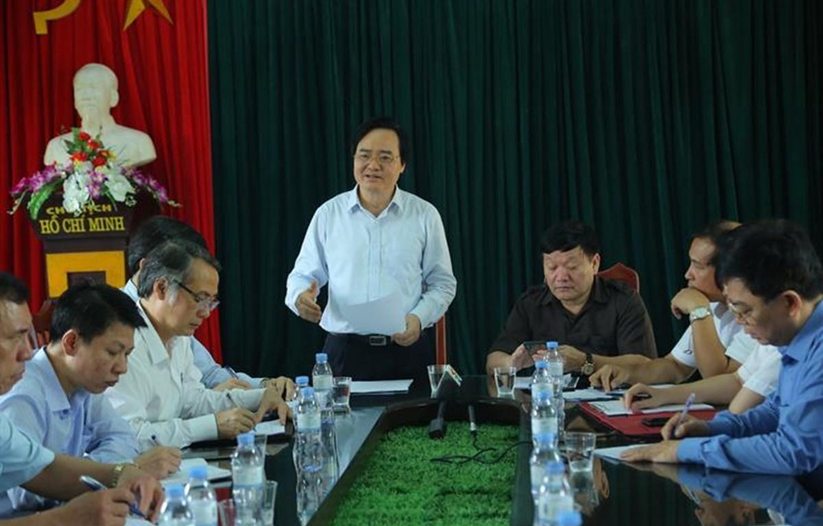 Bộ trưởng Bộ Giáo dục và Đào tạo Phùng Xuân Nhạ làm việc với lãnh đạo tỉnh Hưng Yên về tình trạng bạo lực học đường. (Ảnh: CTV/Vietnam+)
