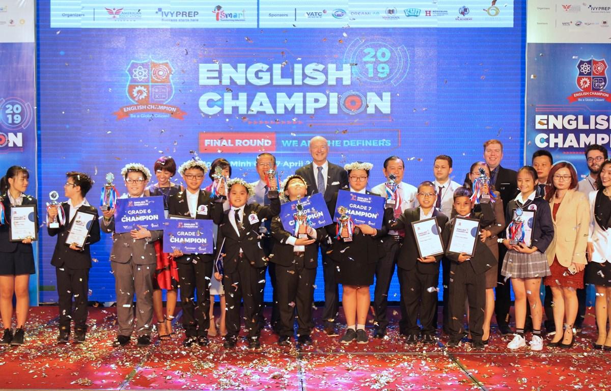 Ban tổ chức trao giải thưởng cho các thí sinh. (Ảnh: PV/Vietnam+)