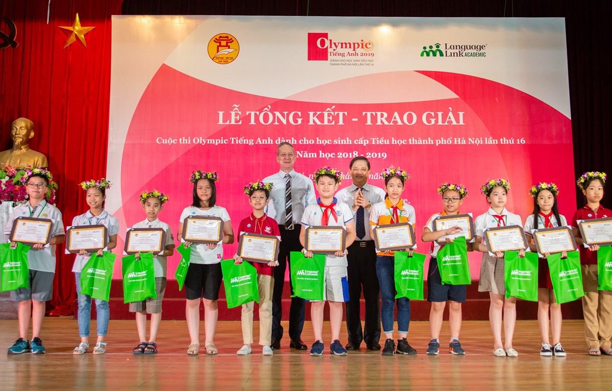 Các thí sinh đạt giải Nhất nhận bằng khen và quà tặng từ ban tổ chức cuộc thi. (Ảnh: PV/Vietnam+)
