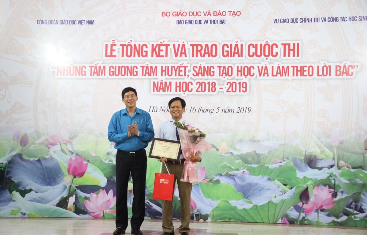 Ban tổ chức trao giải Nhất cho tác giả Trần Văn Toàn, Thừa Thiên Huế. (Ảnh: CTV/Vietnam+)