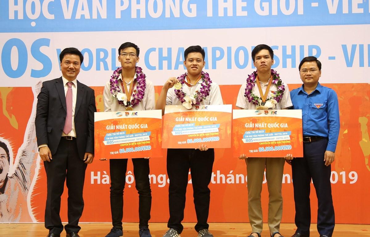 Ban tổ chức Cuộc thi trao giải cho ba quán quân Quốc gia. (Ảnh: PV/Vietnam+)
