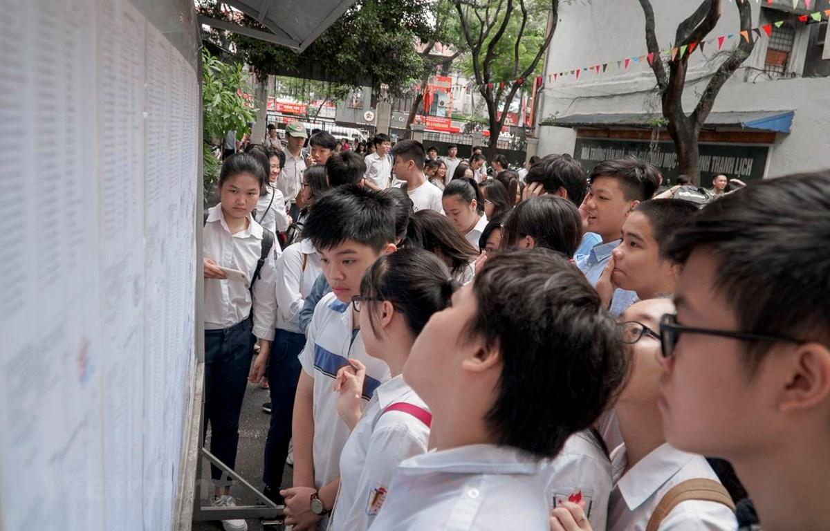 Thí sinh xem số báo danh và phòng thi tại điểm thi Trường Trung học phổ thông Việt Đức. (Ảnh: Minh Hiếu/Vietnam+)
