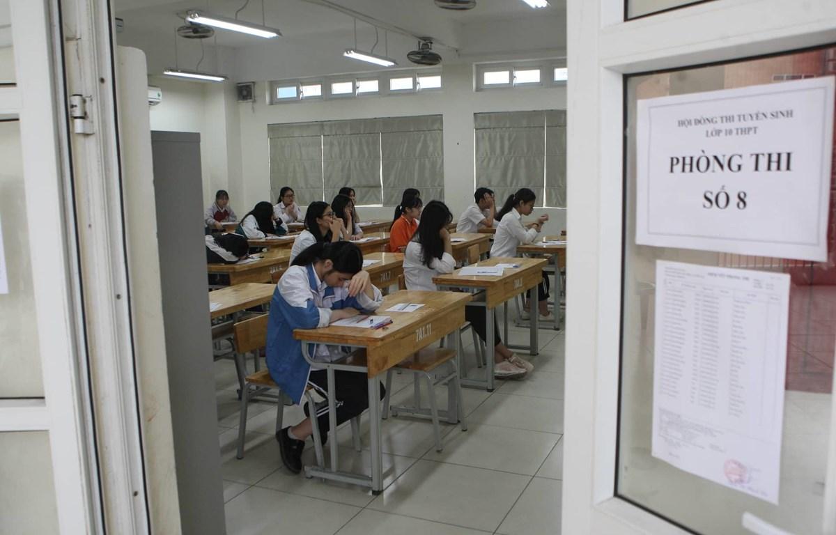 Thí sinh dự thi vào lớp 10 năm học 2019-2020 tại điểm thi Trường Trung học cơ sở Phan Huy Chú. (Ảnh: Đình Tùng/Vietnam+)
