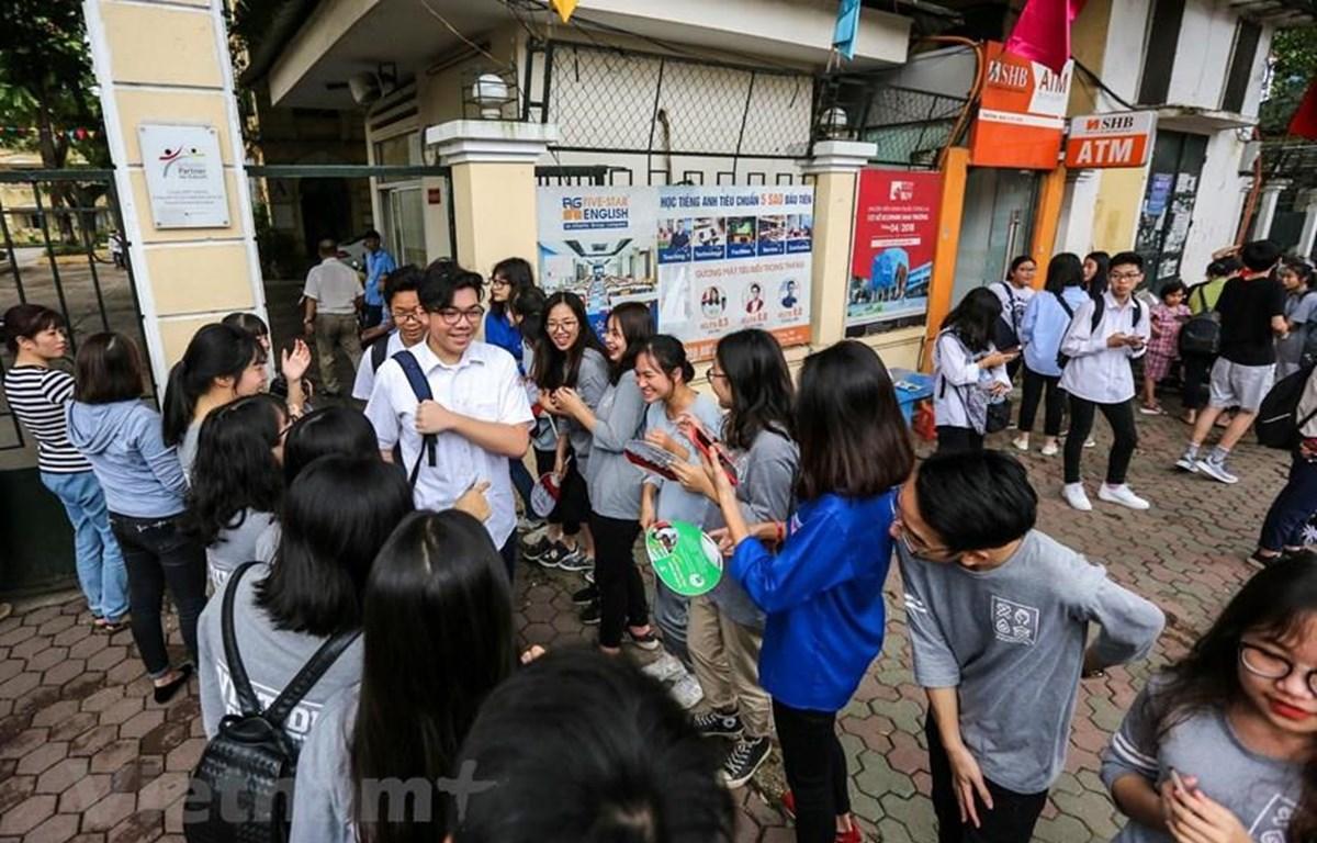 Thí sinh Hà Nội vui vẻ rời trường thi vào lớp 10 năm học 2019-2020. (Ảnh: PV/Vietnam+)