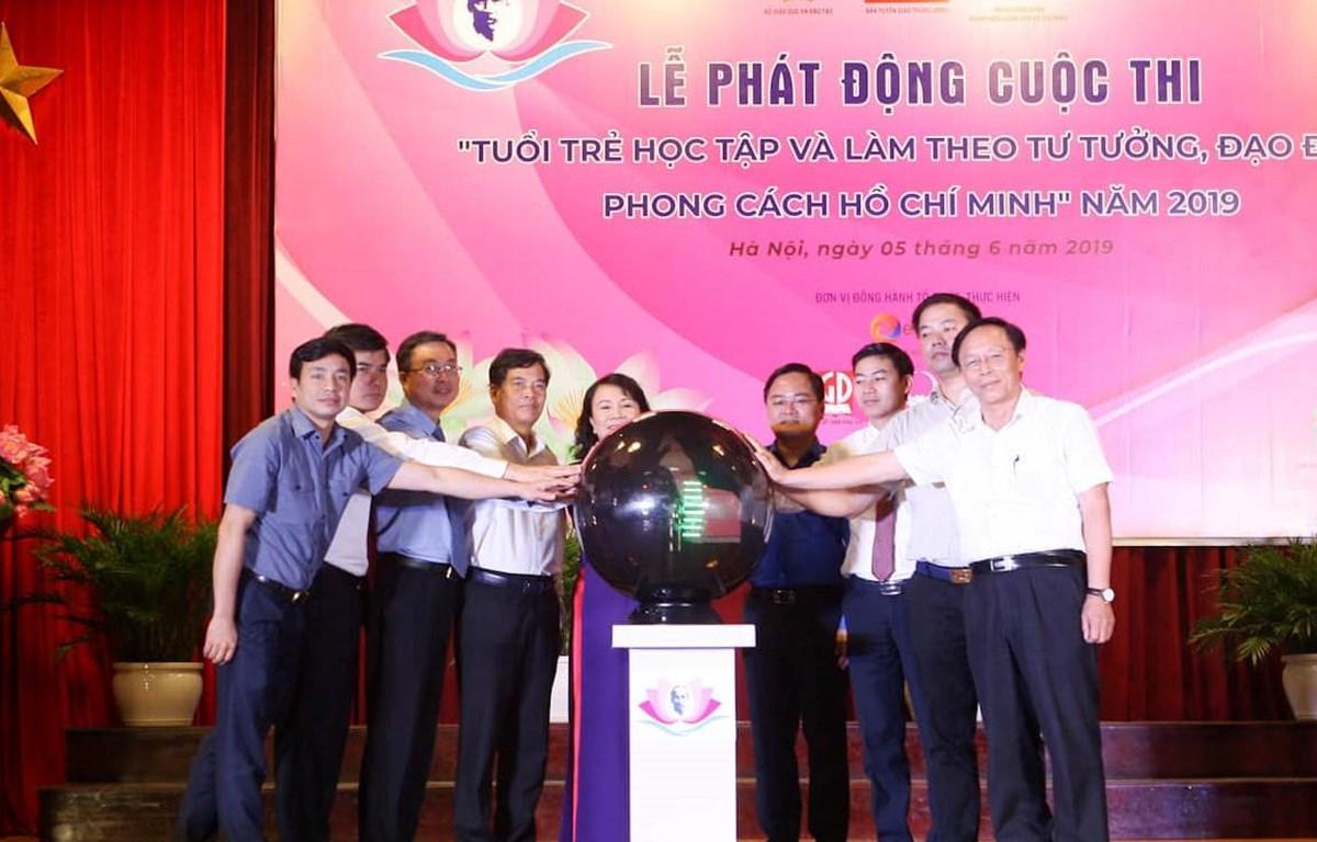 Các thành viên ban tổ chức bấm nút khởi động cuộc thi. (Ảnh: Thanh Tùng/Vietnam+)