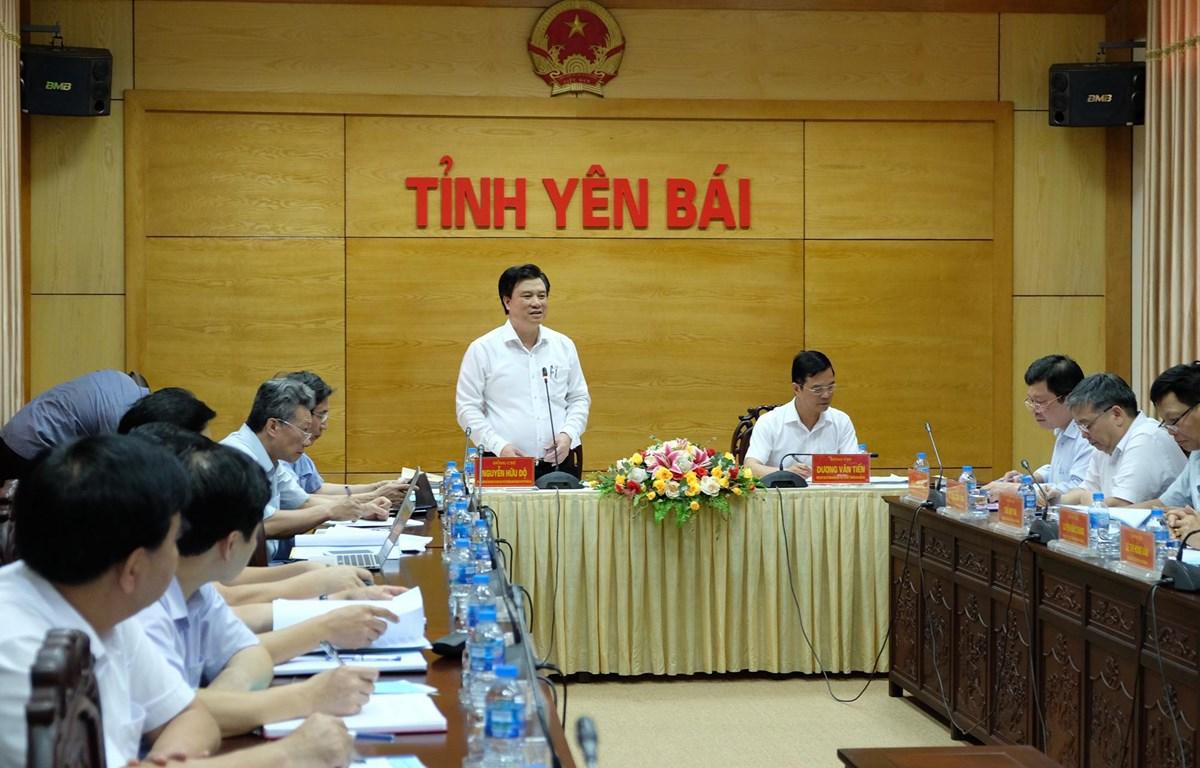 Thứ trưởng Bộ Giáo dục và Đào tạo Nguyễn Hữu Độ làm việc với Ban chỉ đạo thi tỉnh Yên Bái. (Ảnh: PV/Vietnam+)