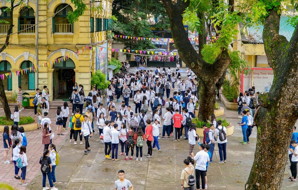 Thí sinh dự thi vào lớp 10 tại điểm thi Trường Trung học phổ thông Việt Đức, Hà Nội. (Ảnh: Minh Sơn/Vietnam+)