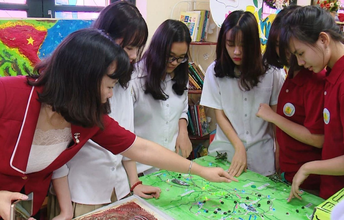 Giờ học của cô và trò Trường Trung học phổ thông Phan Huy Chú, Đống Đa, Hà Nội. (Ảnh minh họa: PM/Vietnam+)